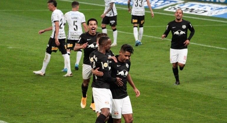 Aderlan fez o primeiro do Red Bull Bragantino contra o Corinthians no estádio em Itaquera