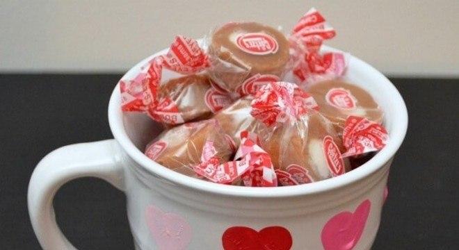 Adicione chocolates dentro da caneca