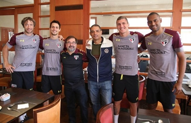 ADILSON - Aos 54 anos, ex-zagueiro vive em Cruzeiro-SP, onde fundou uma associação esportiva para atender jovens da região, e está buscando ser treinador. Visitou a concentração do São Paulo em 2016 (foto). Parou de jogar no fim da década de 1990.
