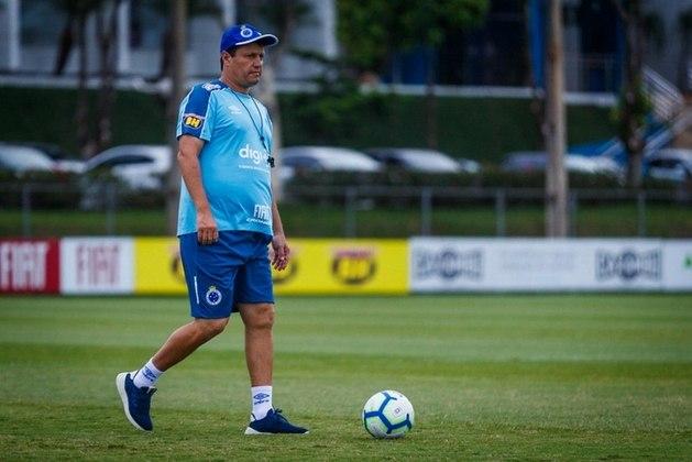 ADILSON BATISTA: Adilson Batista já treinou grandes equipes, como Corinthians, Cruzeiro, Grêmio, São Paulo e Santos. Seu último trabalho foi justamente na Raposa, em março de 2020