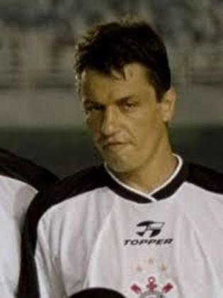 Adílson: zagueiro quando jogador, Adílson Batista depois treinaria o Corinthians e outros grandes clubes, como Santos, São Paulo e Vasco. Seu último trabalho foi no Cruzeiro, entre 2019 e 2020.