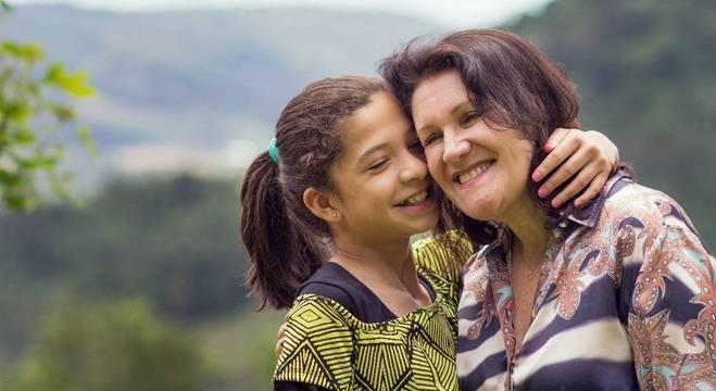 Aos 50 anos, Juliana queria ser mãe de uma criança com mais autonomia