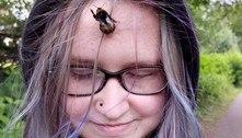 Adolescente come e passeia com abelha que adotou como pet