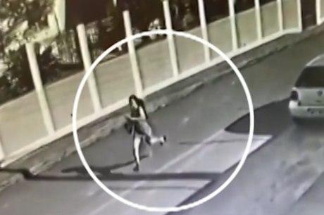 Adolescente foge no meio da rua de suspeito em MG