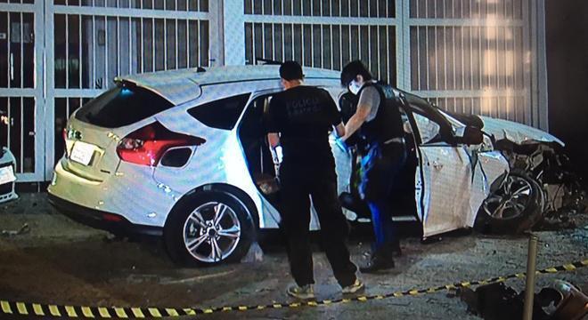 Dois jovens são apreendidos pela polícia suspeitos de roubarem um carro