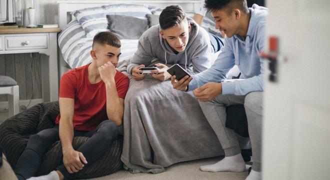 'Eles não pensavam que poderia acontecer algo grave', conta assistente sobre o comportamento dos adolescentes; acima, foto de arquivo de adolescentes usando celular