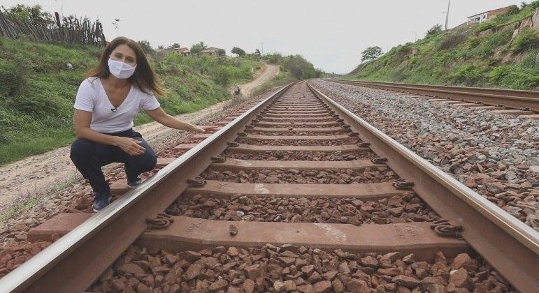 Adriana Araújo e as equipes do programa acompanham um dos maiores trens de carga do mundo