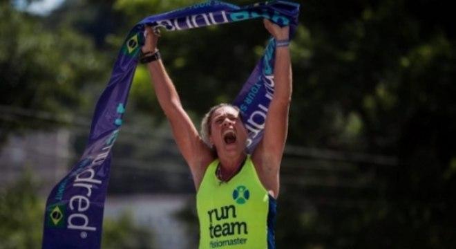 Adriana Rosa comemora seu recorde no FKT Rio One Hundred® Camimho do Imperador. (Allan Carvalho/Divulgação).jpeg