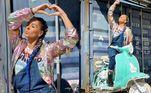 Galisteu também gosta de apostar em looks descontraídos, comono dia em que escolheu vestir uma jardineira jeans, camiseta do grupo Now United com estampas tie-dye e uma jaqueta colorida.Ela ainda arrematou o look com tranças no cabelo em tom de azul