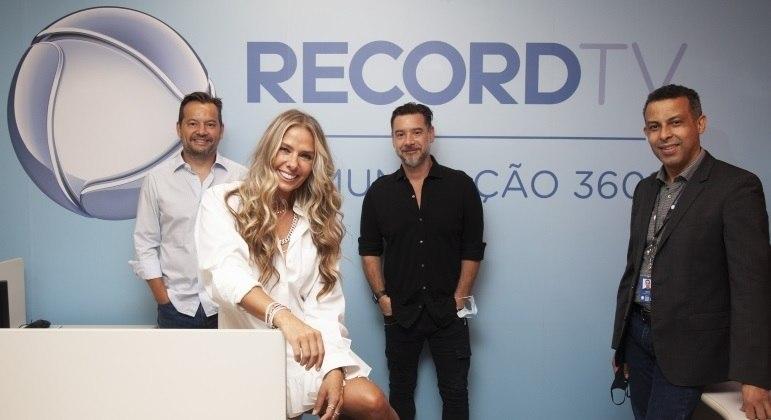 Adriane Galisteu assinou oficialmente o contrato com a Record TV