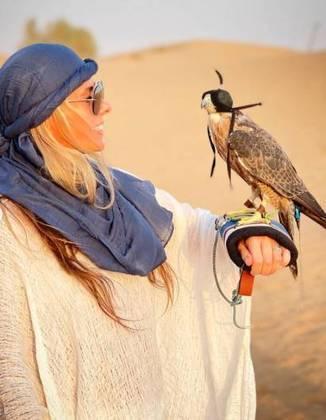 Lá, Galisteu fez fotos com um falcão