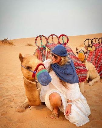 Adriane Galisteu voltou a encantar os seguidores com novas fotos de Dubai. Desta vez, a apresentadora conferiu não só as incríveis paisagens do deserto, mas também, seu habitantes