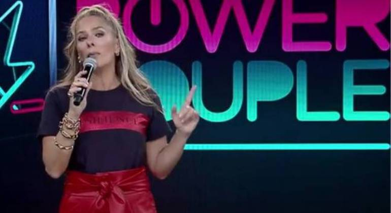 Adriane Galisteu está muito bem na apresentação do Power Couple Brasil 5