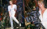 Adriane Galisteu escolheu um figurino todo branco paraabrir a Festa Pub.Com direito a bota e manga bufante, ela combinou o look com o cabelo preso, franja solta e brincos prata. Belíssima!