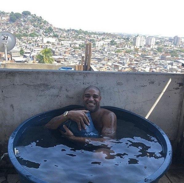 Adriano vive onde se sente bem. Na Vila Cruzeiro, favela no Complexo do Alemão