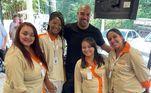 Adriano sempre foi receptivo com os fãs e, sempre que pode, posta fotos em suas redes sociais junto com funcionários de restaurantes e hotéis