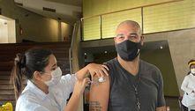 Adriano Imperador é vacinado contra a covid-19 no Rio de Janeiro