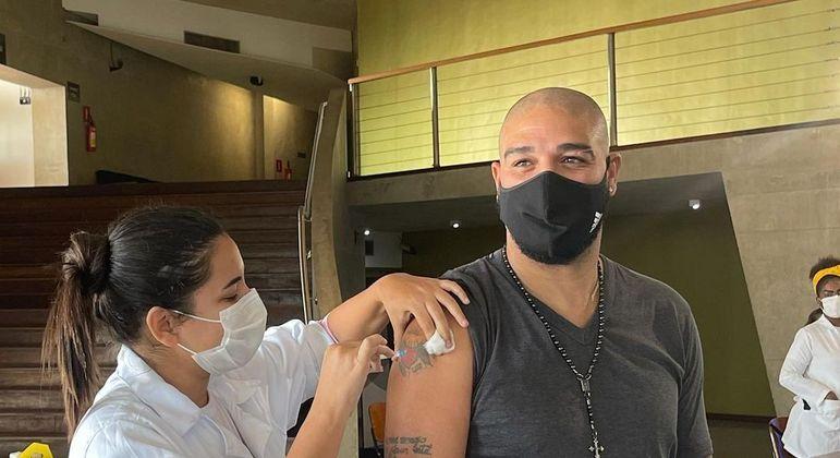 Adriano Imperador foi vacinado contra covid-19 no Rio de Janeiro nesta terça (13)