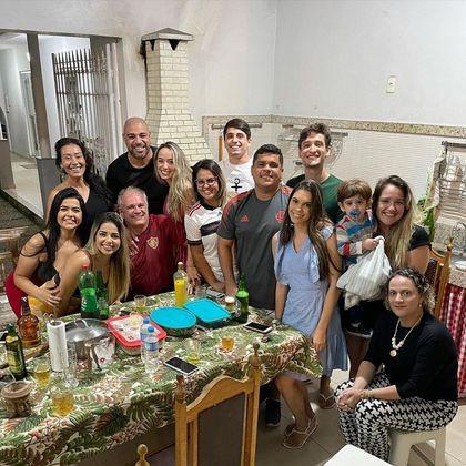 Adriano até já está marcando presença nos eventos da família de Laísa. Na foto ele aparece ao lado da namorada, e está cercado pelos parentes da parceira