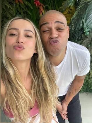 O novo relacionamento já estava para ser descoberto pelos fãs de Adriano, que inclusive até apontaram que a atual namorada do Imperador é muito parecida com a ex-namorada Victoria Moreira, com quem o jogador chegou até a noivar