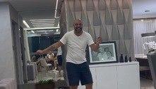 Adriano se diverte ao som de Michael Jackson e arrisca passinho