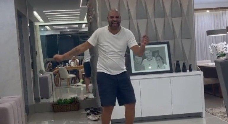 Adriano Imperador arriscou passinho ao som de Michael Jackson