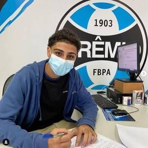 Adriano Ribeiro assina contrato