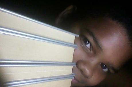 O menino tão novo é apaixonado por leitura
