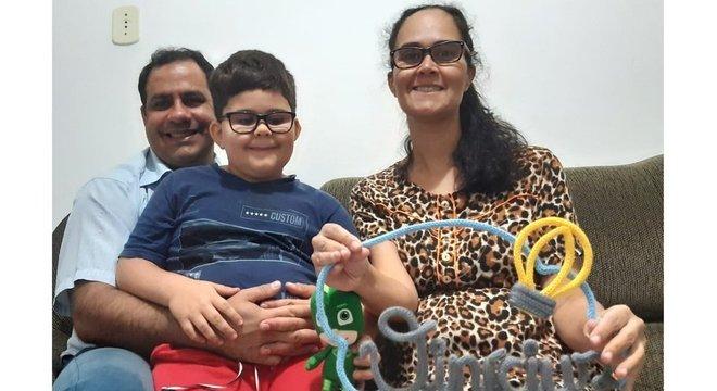'Vencer uma pandemia não é uma das coisas que a gente imagina ao planejar a chegada do bebê', diz Juliana Rocha Sanchez Ribeiro, na foto com o marido, Cleber, e o filho, Bernardo