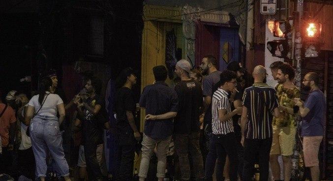 Jovens se aglomeram na região central de São Paulo na noite da sexta-feira (22)