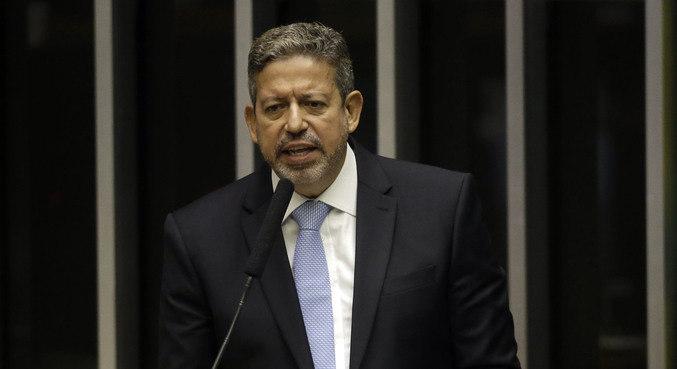 O deputado Arthur Lira (PP-AL) discursa antes do início da votação na Câmara