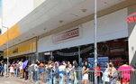 O comércio de rua tem filas e aglomerações em lojas por causa da Black Friday nesta sexta-feira (27)