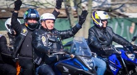 Na imagem, Bolsonaro em motociata no RS