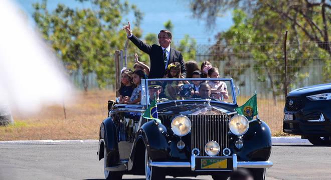 Bolsonaro desfilou com meninos e meninas, no Rolls-Royce, neste sábado (7)