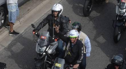 Na imagem, Bolsonaro faz passeio de moto no Rio
