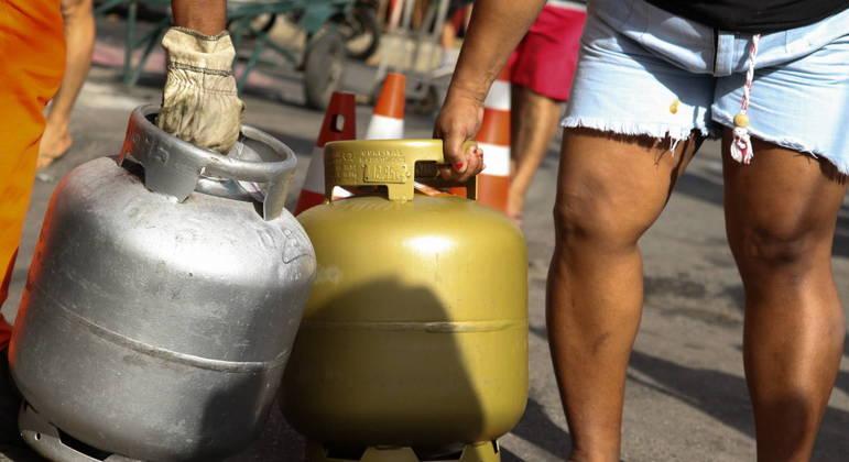 Botijão de gás começou o ano abaixo de R$ 80 e chega agora a mais de R$ 135