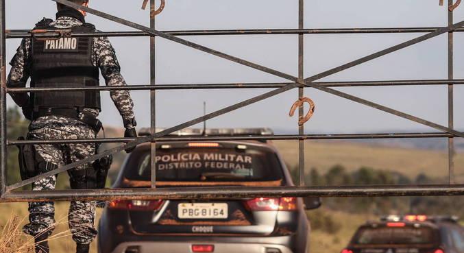 Polícia para motoristas em buscas de informações sobre Lázaro Barbosa em GO