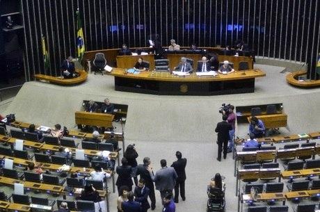 Parlamentares assumem cargos nesta sexta (01)