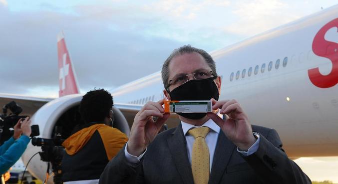 Gorinchteyn recebe novas doses da CoronaVac em aeroporto de SP