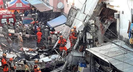 Bombeiros trabalham no resgate de vítimas