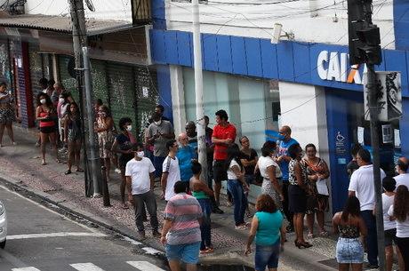 Brasileiros em fila para receber o auxílio emergencial de R$ 600