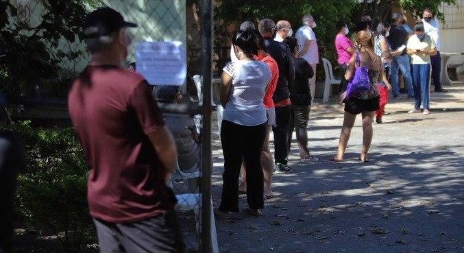 Posto de Saúde em Belo Horizonte teve fila devido à falta de doses de CoronaVac