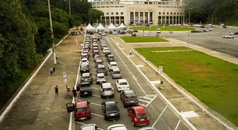 Vista de cima do movimento de veículos durante a vacinação de idosos entre 80 e 84 anos contra a Covid-19, (Coronavírus) no posto drive-thru do Estádio do Pacaembu, neste sábado (27)
