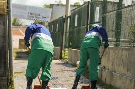 Funcionários desinfectam ruas em Fortaleza