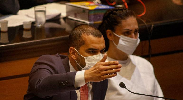 A ré Monique Medeiros, mãe do menino Henry Borel, acompanhada do advogado Thiago Minagé, durante a audiência realizada no Tribunal de Justiça do Estado do Rio de Janeiro