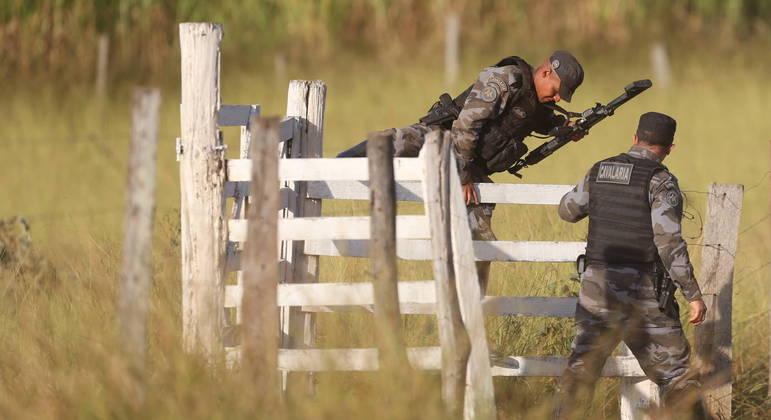 Policiais se embrenham no cerrado de GO em busca de suspeito de assassinatos em série