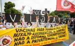 Os manifestantes pedem o impeachment e maisvacina para a população. O ato acontece quando o Brasil se aproxima das 500 milmortes pela covid-19. O protesto gerou aglomeração, mas parte dosmanifestantes usavam máscara e álcool em gel