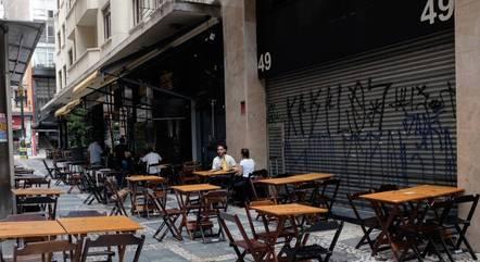 Mesas vazias em bar de São Paulo