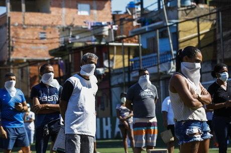 Moradores da favela Paraisópolis, em São Paulo, aguardam doações  em meio à quarentena