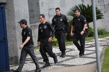 Policiais chegam à carceragem da PF